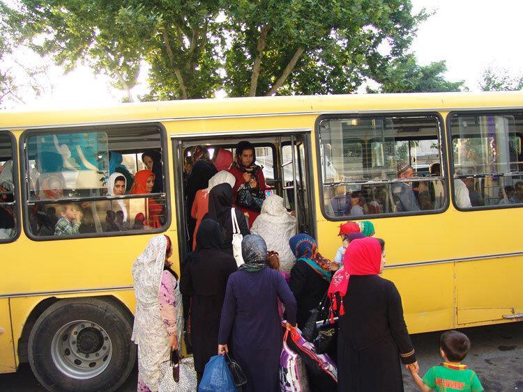 کلافه از گرمای اتوبوس ها